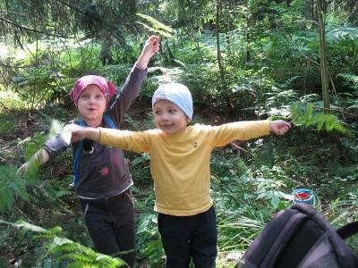 яркая одежда для детей в лесу привлекает комаров